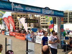 Más de 2.200 corredores participaron el domingo en la XXXI edición del Medio Maratón y III de los 10 Kilómetros de Benidorm, batiendo así el récord de ediciones anteriores.