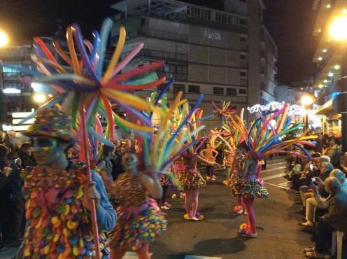 El tradicional desfile de Carnaval de Benidorm 2016, organizado por la Associació de Penyes volvió a llenar de luz y color la noche de Carnavales en Benidorm.