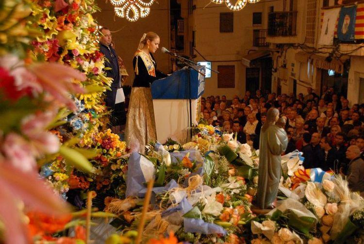 Custodiada por sus fieles, los Marineros de la Mare de Deu alzan con devoción a su virgen durante la solemne procesión del domingo.