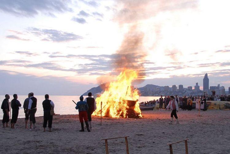Casi con la caída del sol, la playa de Poniente se convierte en el escenario de la recreación del hallazgo de la patrona de Benidorm.