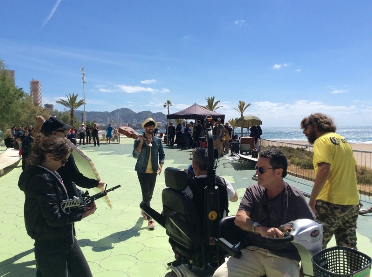 """El cantante David Otero, en colaboración con Amstel Radler, ha rodado parte del videoclip del single """"Sal a la Calle"""" en el paseo marítimo de la playa de Poniente de Benidorm."""