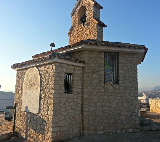 Ermita de la Virgen de la Mar situada en  el Tossal de La Cala, en Benidorm. La ermita es pequeña y cuenta con un campanario. Está construida con piedras, y solo se ve iluminada de un lado ya que cuando se tomó la foto se estaba poniendo el sol en Benidorm.
