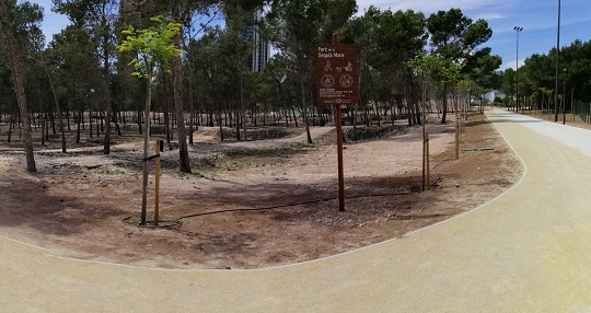 Park with many trees, perfect to go with pets. It's surrounded by a path for cyclists and pedestrians.