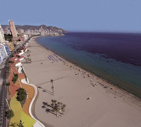 Paseo de la playa de Poniente visto desde arriba. Se aprecian los colores rojo, naranja y amarillo del paseo, además de sus curvas; el skyline de Benidorm; y la playa.