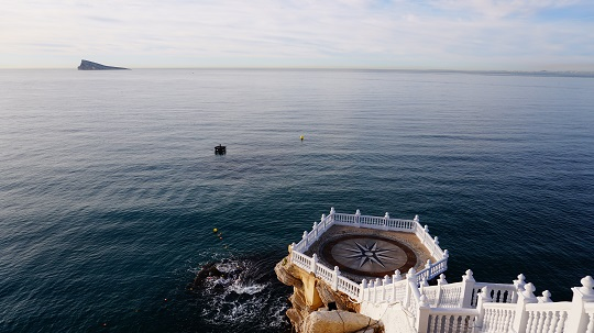 Replaceta del Castell, o mejor conocido como el Balcón del Mediterráneo, en Benidorm. Se ve un extenso Mar Mediterráneo de un color azul oscuro, y al fondo la Isla de Benidorm.
